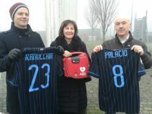 L'assessore Daniela Riva con il sindaco Mario Corbetta e il vicesindaco Marco Beretta in occasione dell'installazione del defibrillatore al centro sportivo